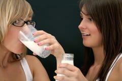 выпивая молоко Стоковое Изображение
