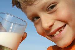 выпивая молоко Стоковые Изображения