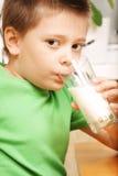 выпивая молоко стоковые фото