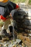 выпивая освежая вода весны Стоковые Фотографии RF