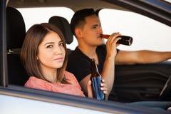 Выпивая пиво внутри автомобиля Стоковые Фото