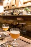 Выпивая пиво в кафе паба и ресторана с нерезкостью запирает backg Стоковое Изображение