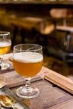 Выпивая пиво в кафе паба и ресторана с нерезкостью запирает backg Стоковое Фото