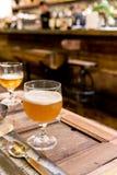 Выпивая пиво в кафе паба и ресторана с нерезкостью запирает backg Стоковые Изображения RF