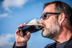 Выпивая пиво Гиннесса Стоковое Изображение RF