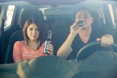 Выпивая пиво за колесом Стоковые Изображения RF