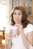 Выпивая питье плодоовощ стоковая фотография rf