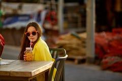 выпивая помеец сока девушки Стоковые Изображения RF