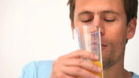выпивая помеец человека сока акции видеоматериалы