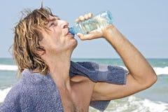 выпивая свежие детеныши воды ванты Стоковое Фото