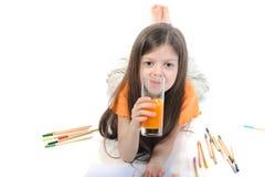 выпивая сок девушки немного стоковое изображение rf
