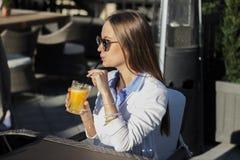 выпивая сок девушки Стоковое Изображение RF