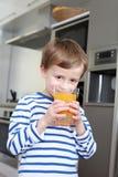 выпивая сок стоковая фотография rf