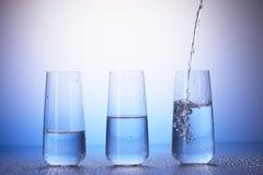 Выпивая стекла с отражением в падениях воды Стоковые Фото