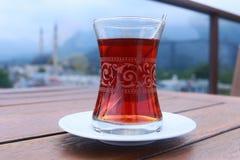 Выпивая традиционный турецкий чай outdoors Стоковое фото RF