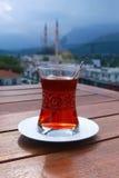 Выпивая традиционный турецкий чай outdoors Стоковая Фотография RF