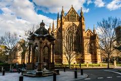 Выпивая фонтан около церков собора и небольшой базилики безукоризненной матери бога, помощи христиан, Сиднея стоковое фото rf