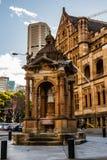 Выпивая фонтан около церков собора и небольшой базилики безукоризненной матери бога, помощи христиан, Сиднея стоковые изображения rf