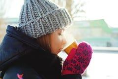 выпивая чай девушки Стоковые Фотографии RF