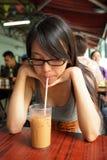 выпивая чай молока девушки Стоковое Изображение