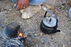 Выпивая чай с бедуином в вечере захода солнца в Mitzpe Yeriho, Westbank Израиле, пустыне Judean, израильской глуши стоковые изображения