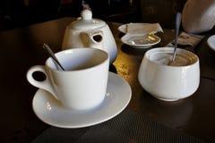 Выпивая чай утра, блюда чая на таблице стоковое изображение
