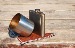 Выпивая чашка и склянка металла стоковая фотография