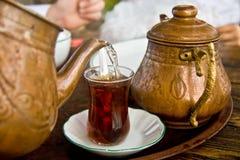 выпивая turkish чая традиционный Стоковая Фотография