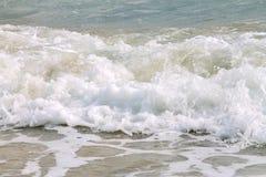 Выплеск белой мягкой волны свертывая на пустом тропическом песчаном пляже в солнечном дне стоковое фото