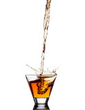 Выплеск вискиа из стекла изолированного на белой предпосылке Стоковые Изображения RF