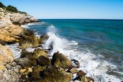 Выплеск воды на скалистой береговой линии Стоковые Изображения RF