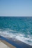 Выплеск волн на портовом районе Стоковое Фото