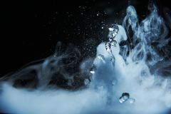 Выплеск кипятка с паром на черном крупном плане предпосылки стоковое фото rf