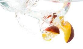 выплеск ломтиков персика Стоковые Изображения RF