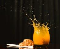 Выплеск сока и некоторых печений Стоковые Изображения RF