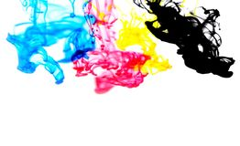 Выплеск цвета концепции чернил Cmyk для краски с cyan голубой красной чернилами мадженты желтыми и черно- радуги упасть акриловые стоковые изображения