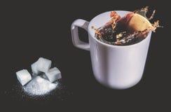 Выплеск Coffe в чашке стоковое фото