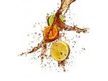Выплеск Sangria с кусками апельсина, лимона и известки изолированных дальше Стоковое фото RF