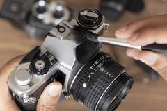 Выполнять чистку винтажной камеры фото стоковая фотография