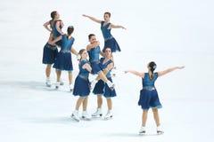 Выполнять грациозностей команды катаясь на коньках Стоковые Фотографии RF