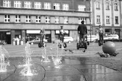 Выпускать струю фонтана в городской площади Стоковое Изображение