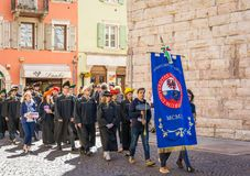Выпускная церемония в главной площади города Trento Город известен для престижных университетов Стоковое фото RF