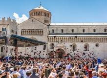 Выпускная церемония в главной площади города Trento Город известен для престижных университетов Стоковые Изображения RF