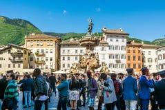 Выпускная церемония в главной площади города Trento Город известен для престижных университетов Стоковые Фото