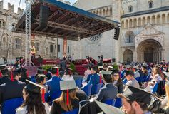 Выпускная церемония в главной площади города Trento Город известен для престижных университетов Стоковая Фотография RF