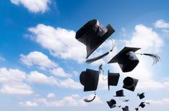 Выпускная церемония, крышки градации, шляпа брошенная в воздух с Стоковые Фото