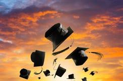 Выпускная церемония, крышки градации, шляпа брошенная в солнца воздуха Стоковая Фотография RF
