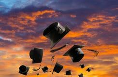 Выпускная церемония, крышки градации, шляпа брошенная в солнца воздуха Стоковые Изображения
