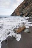 Выплеск брызга волны над скалистым пляжем на бурный день в Ла Gomera Стоковая Фотография