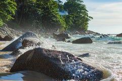 Выплеск волны в море против камня Стоковая Фотография RF